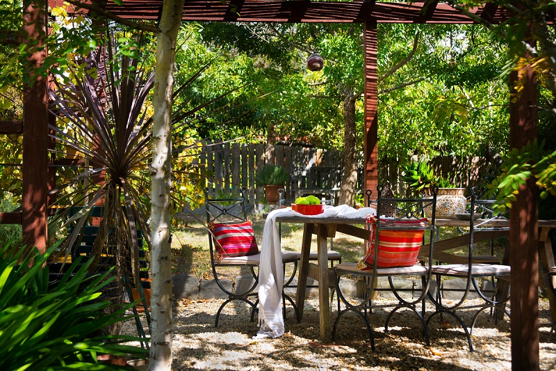 Outdoor natural dining at The Raglan, Daylesford